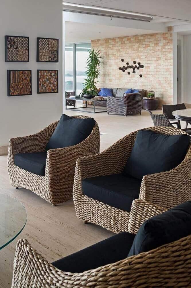 decoração com poltrona de vime com assento preto Foto Leticia Hammer Schmidt