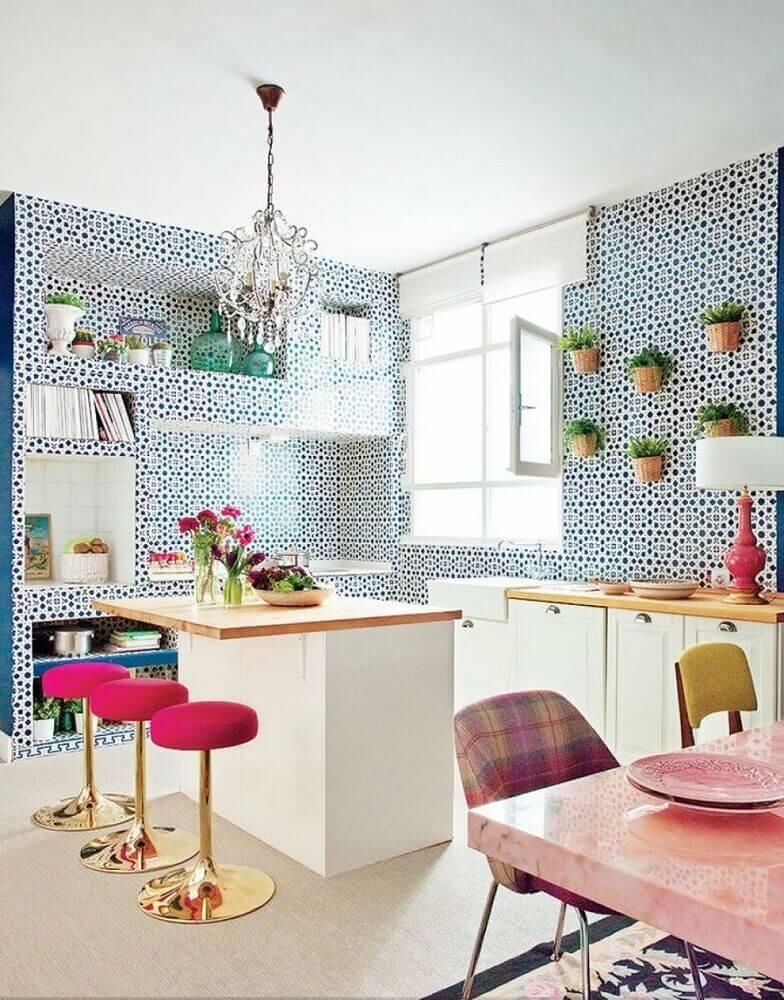 decoração cozinha com azulejo retrô e banquetas douradas com assento rosa