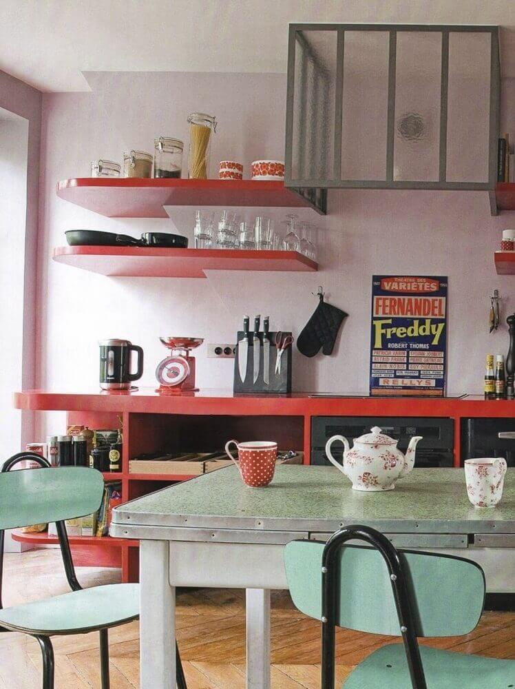 decoração cozinha com prateleiras vermelhas e quadros retrô