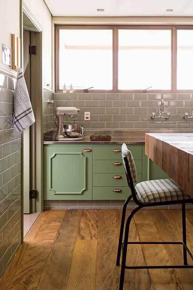 decoração cozinha retrô com armário verde e piso de madeira