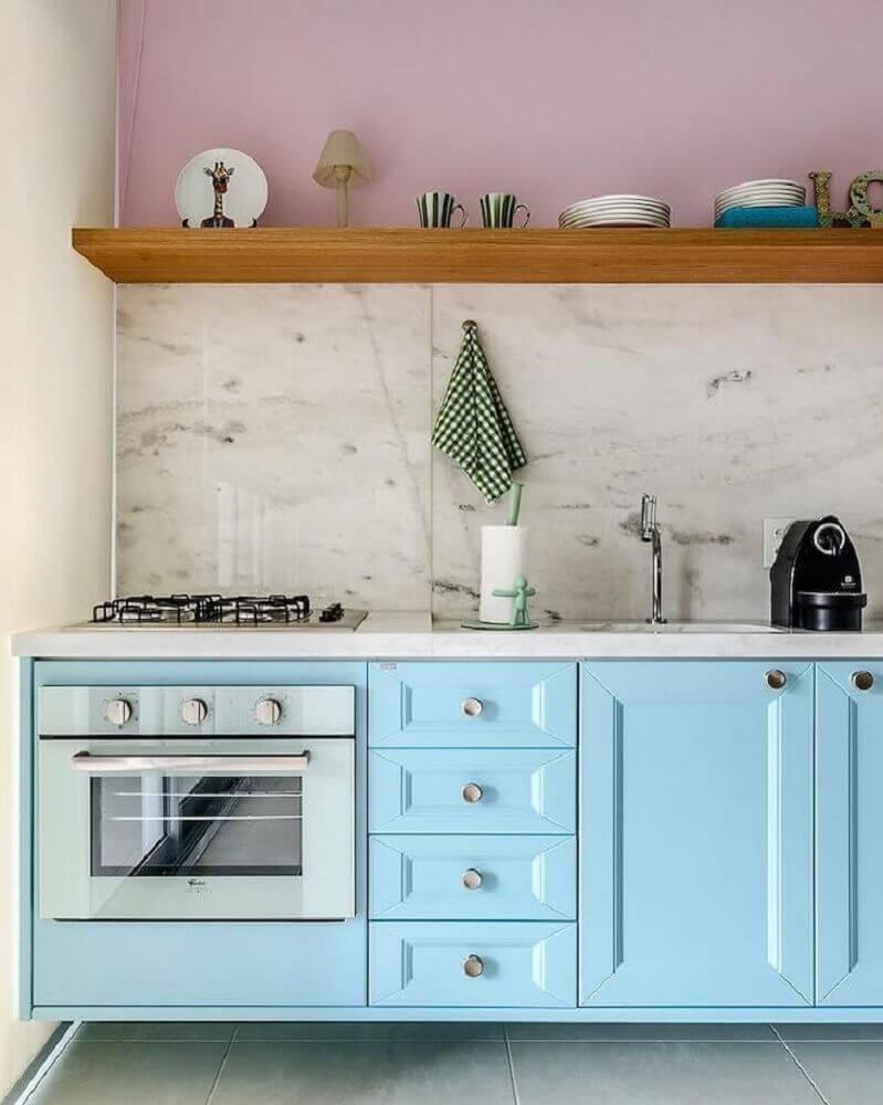 decoração de cozinha retrô com armário azul e mármore na parede