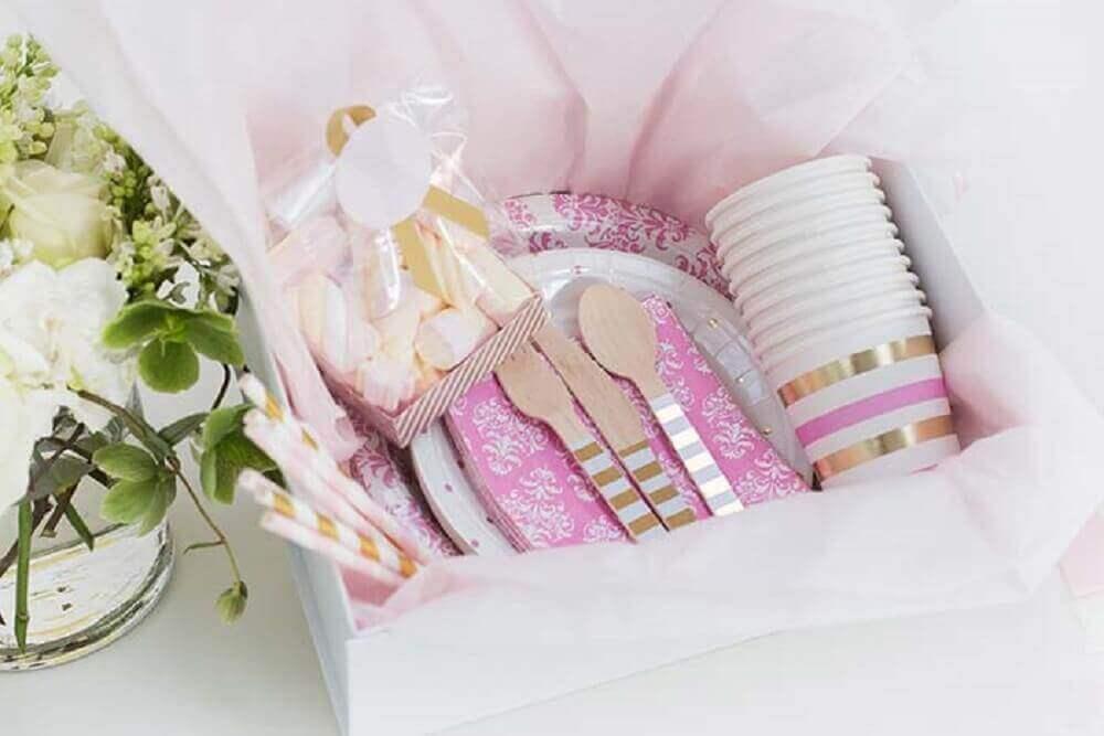 decoração delicada com itens em tons de branco e rosa para festa na caixa para amiga