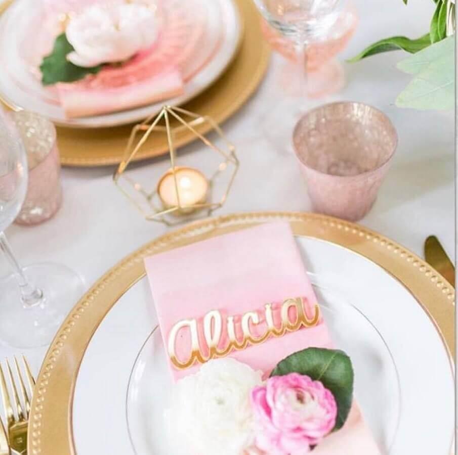 decoração delicada em tons de dourado e rosa para festa de 15 anos