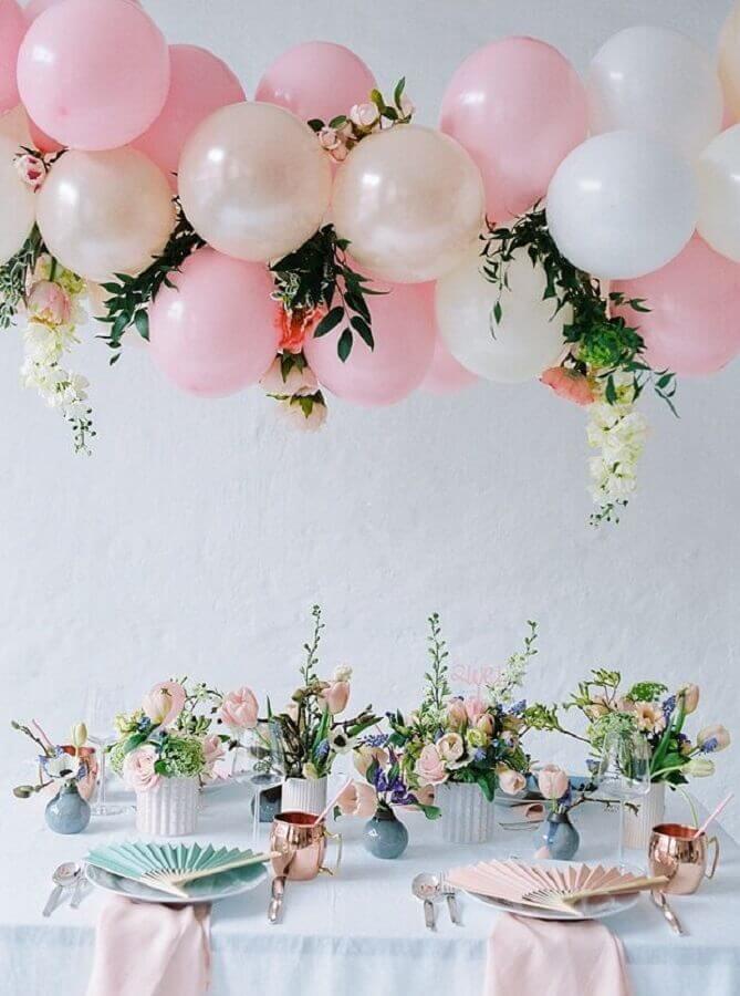 decoração delicada em tons pastéis para festa de 15 anos