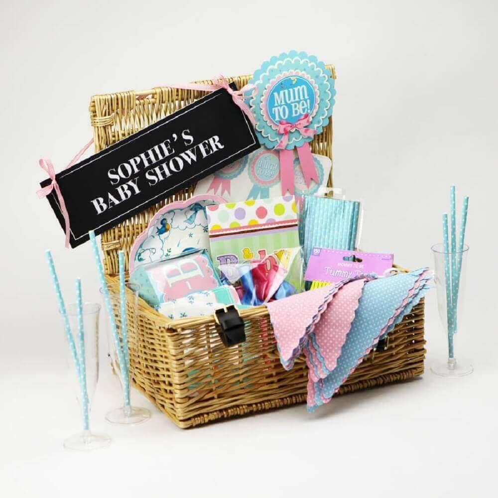 decoração delicada para festa na caixa feita em cestinha de vime - Foto - Sandi Pointe