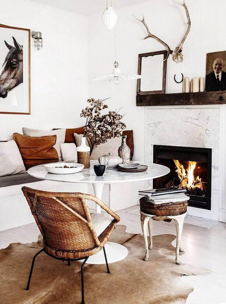 decoração escandinava para sala de jantar com cadeira de vime e lareira Foto Jutarnji List