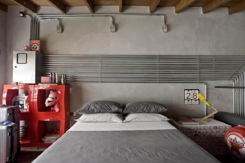 decoração estilo industrial para quarto com estante vermelha - Foto Pinterest