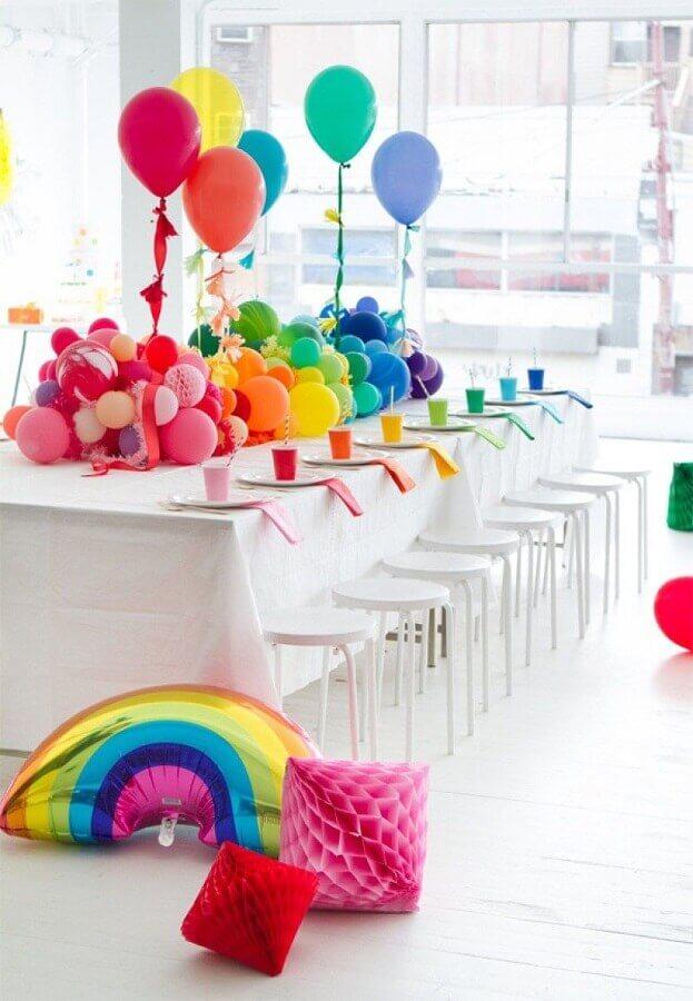 decoração festa de 15 anos com muitos balões coloridos