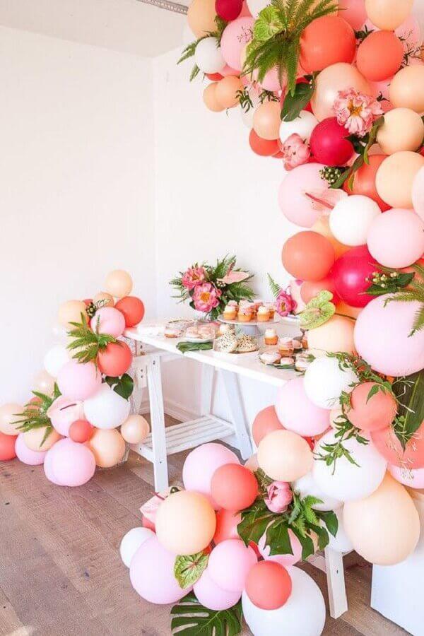 decoração festa de 15 anos simples com arranjo de bexigas