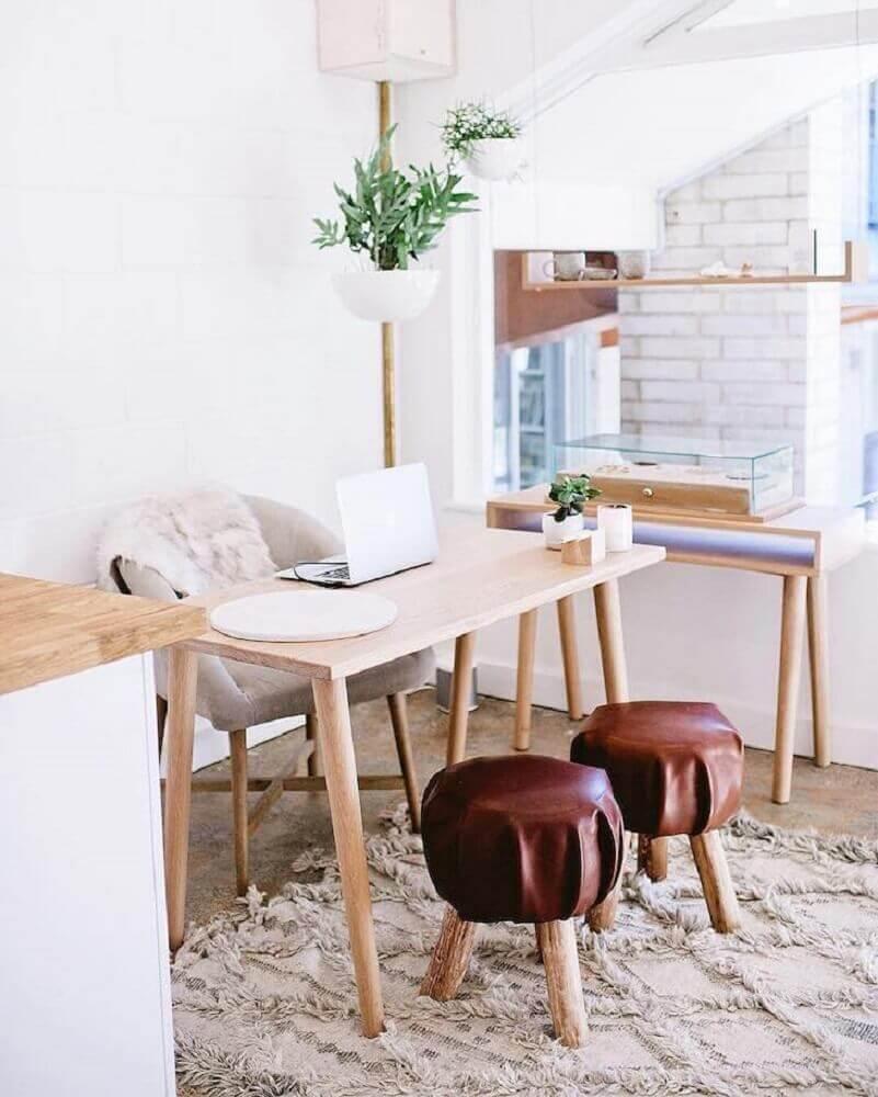 decoração hygge com mesa de madeira e banquetas de couro Foto Natalie Marie