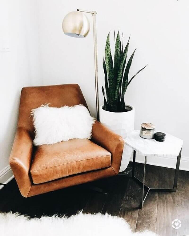 decoração hygge com planta e poltrona de couro Foto Pinterest