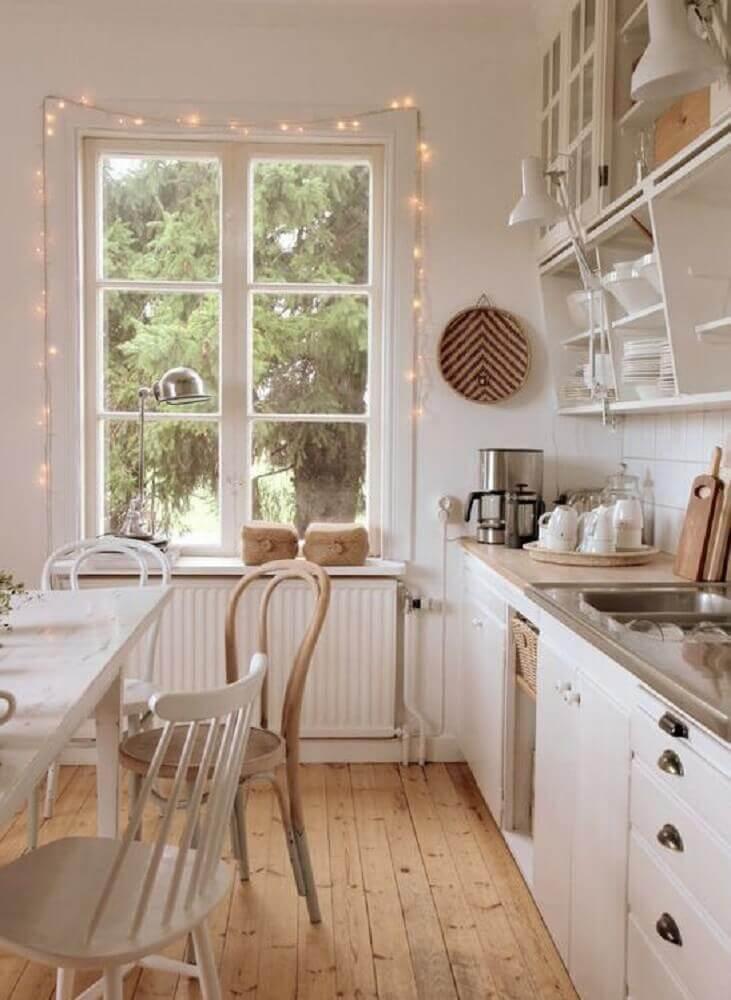 decoração hygge para cozinha com armários brancos e piso de madeira Foto Misstephy