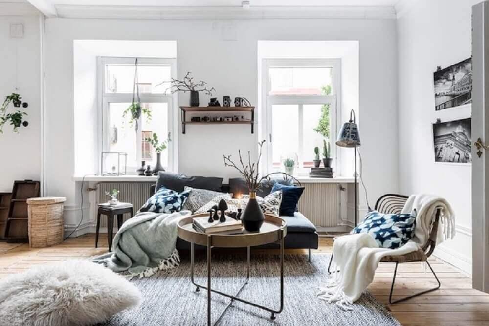 decoração hygge para sala com janelas amplas e muitas almofadas e mantas sobre o sofá Foto Pinterest