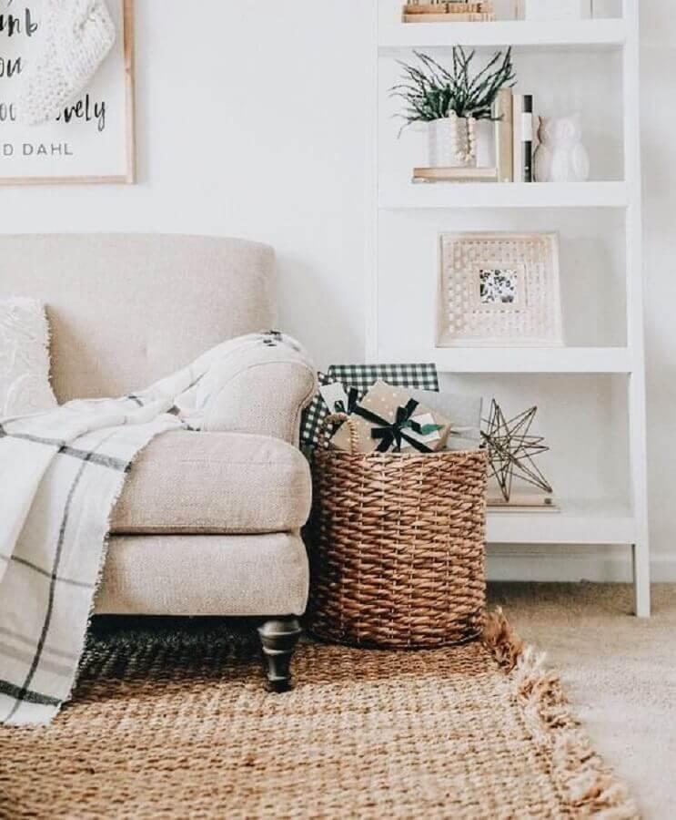 decoração hygge para sala com tapete de fibras naturais e estante branca Foto Pinterest