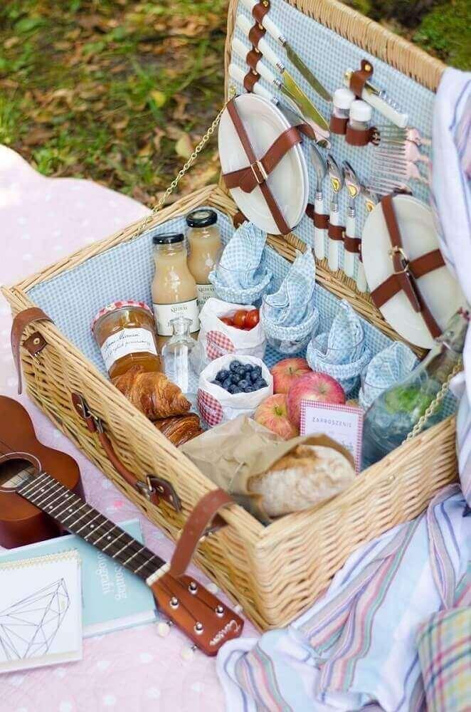 decoração linda com maleta de picnic para festa na caixa
