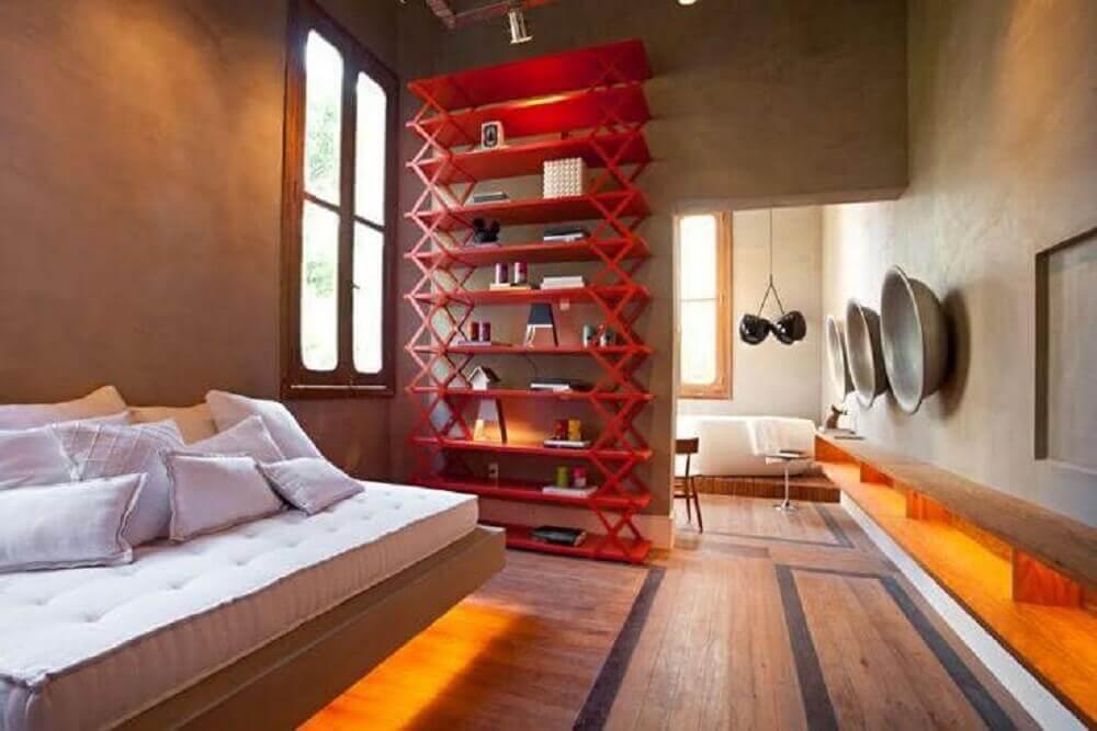 decoração moderna para quarto com paredes de cimento queimado e estante vermelha