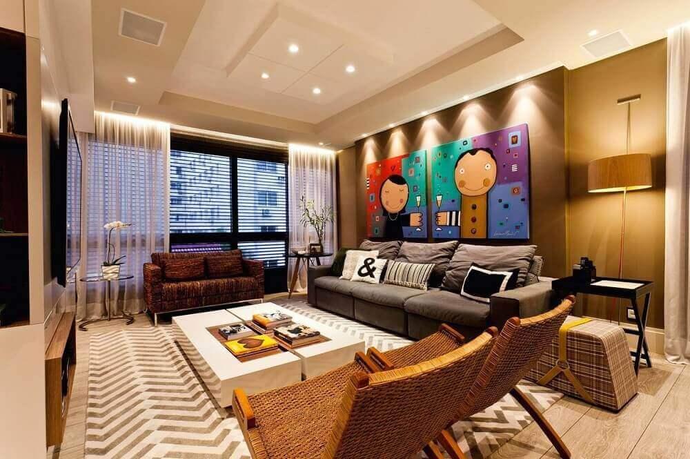 decoração moderna para sala de estar com quadros decorativos sofá cinza e poltronas de vime Foto Juliana Pippi