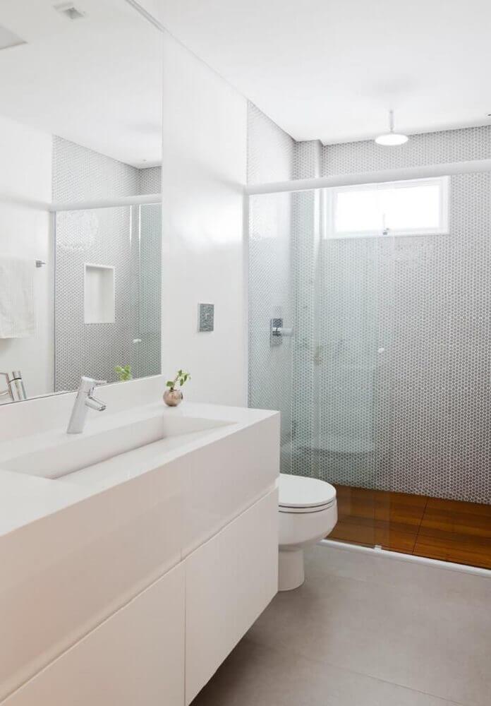 decoração para banheiro branco com pia esculpida com rampa em porcelanato Foto Tria Arquitetura