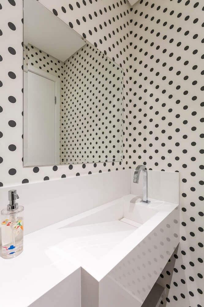 decoração para banheiro com papel de parede de bolinha e pia esculpida na pedra branca Foto Idealizzare Arquitetos