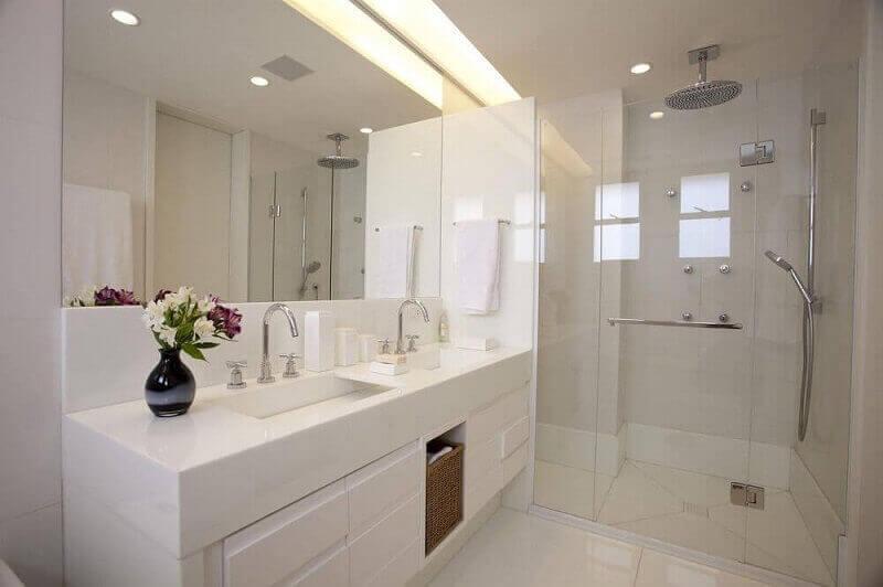 decoração para banheiro todo branco com pia esculpida em mármore Foto Ila Rosete