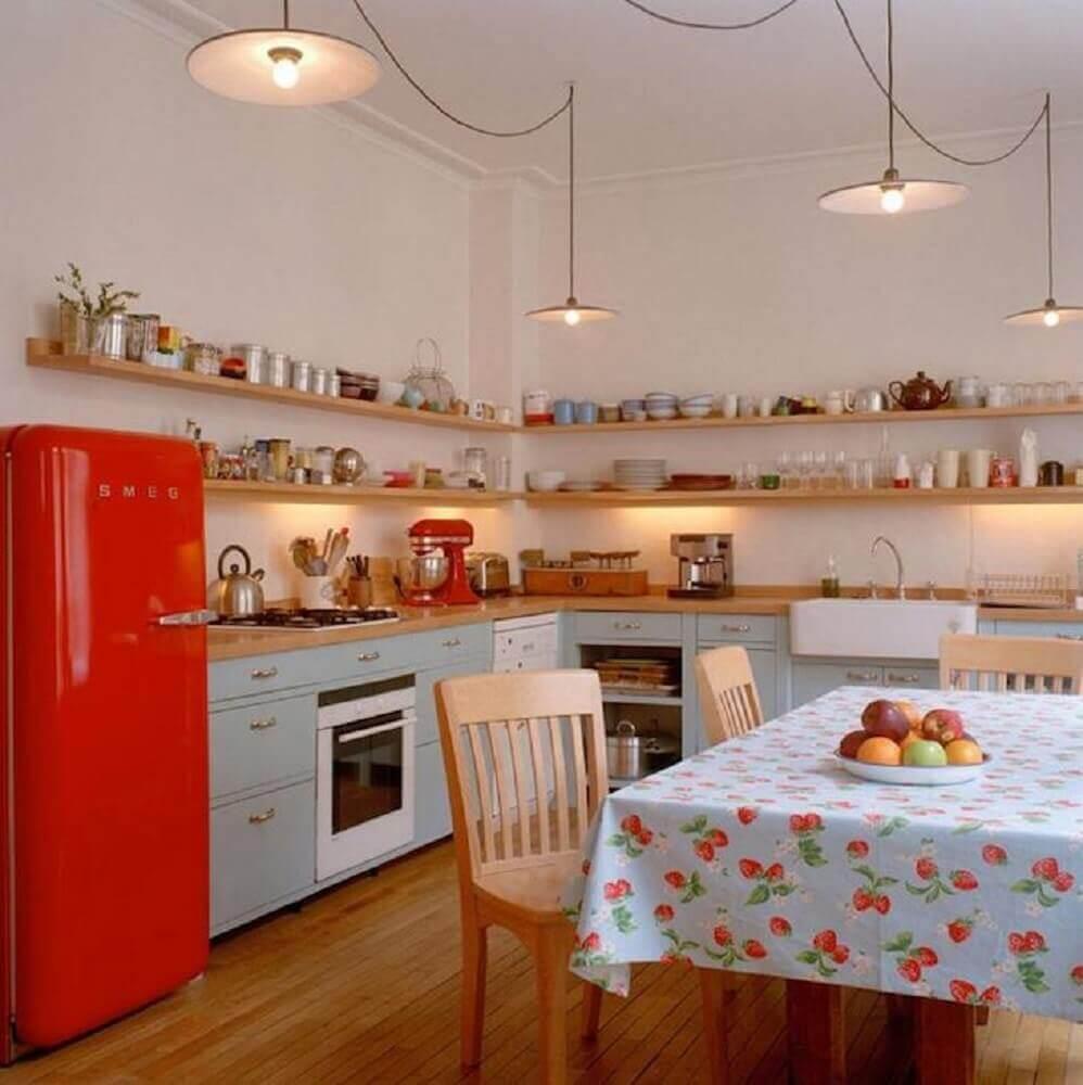 decoração para cozinha retrô com geladeira vermelha e prateleiras de madeira