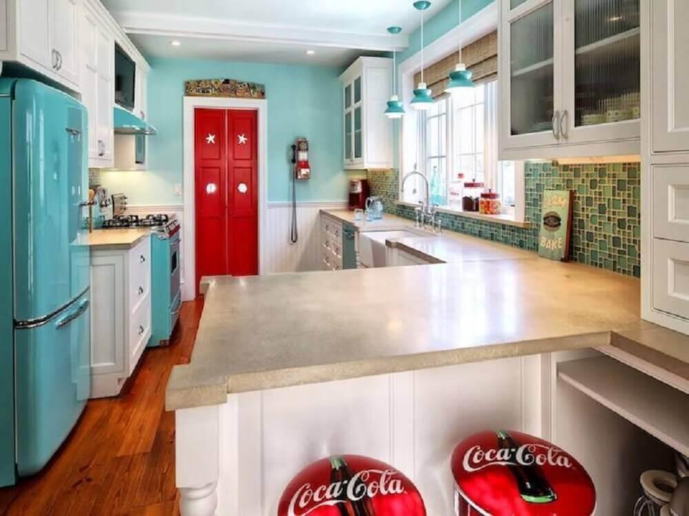 decoração para cozinha retrô com paredes azuis e armários brancos