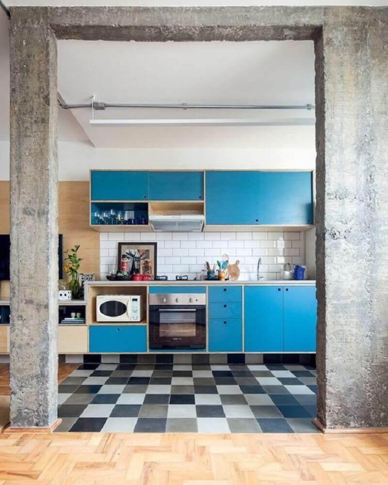 decoração para cozinha retrô com piso quadriculado e armários azuis