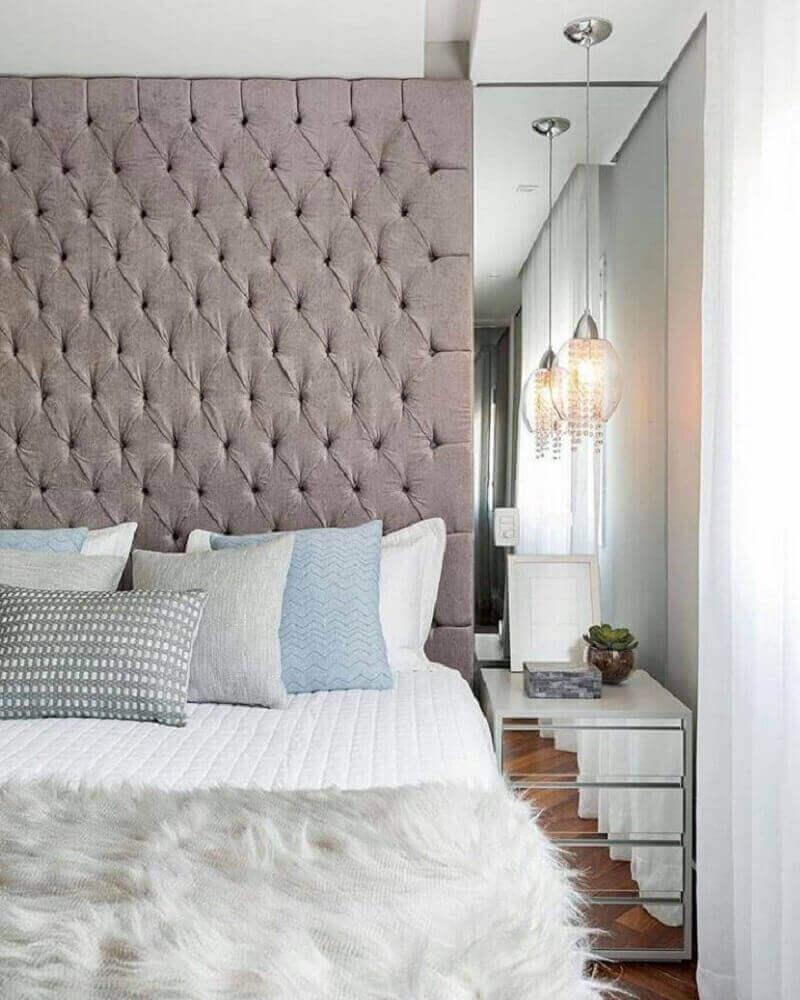 decoração para quarto com cabeceira capitonê cinza e criado mudo espelhado