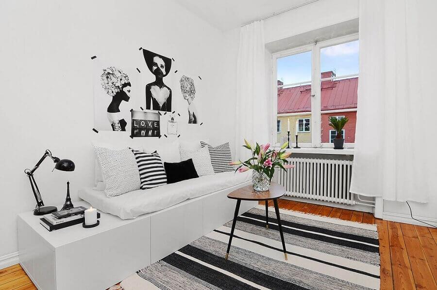 decoração para sala de estar pequena com tapete listrado e marcenaria para o sofá