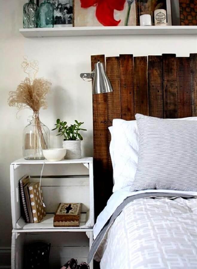 decoração quarto com criado mudo de caixote de feira e cabeceira de madeira