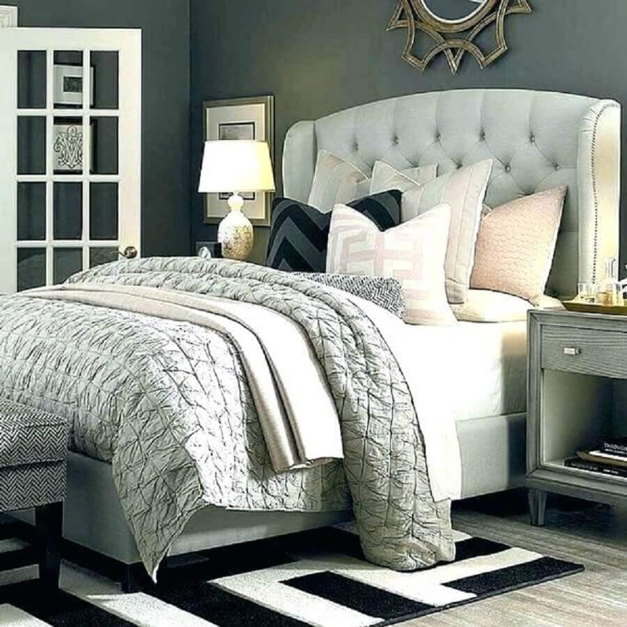 decoração quarto com parede cinza e cabeceira capitonê casal