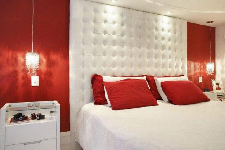 decoração quarto com parede vermelha e cabeceira estofada branca - Foto Pinterest