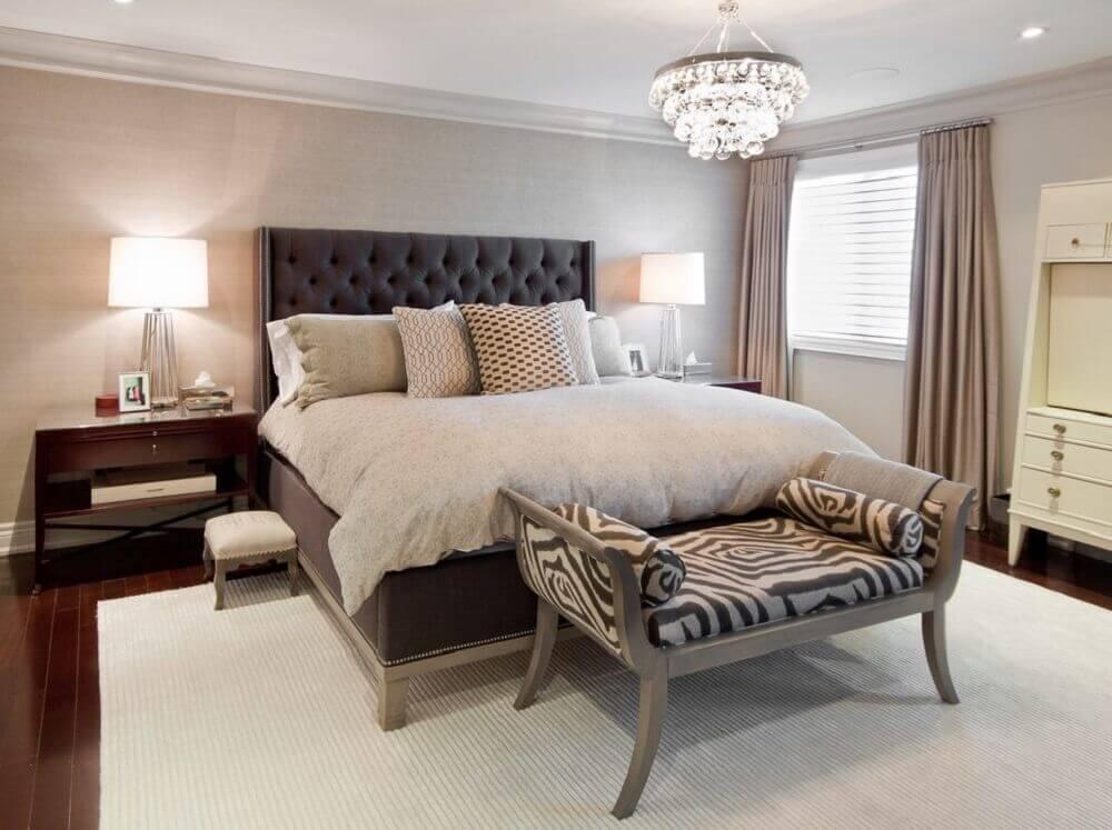 quarto de casal com criado mudo de madeira e cabeceira queen capitonê