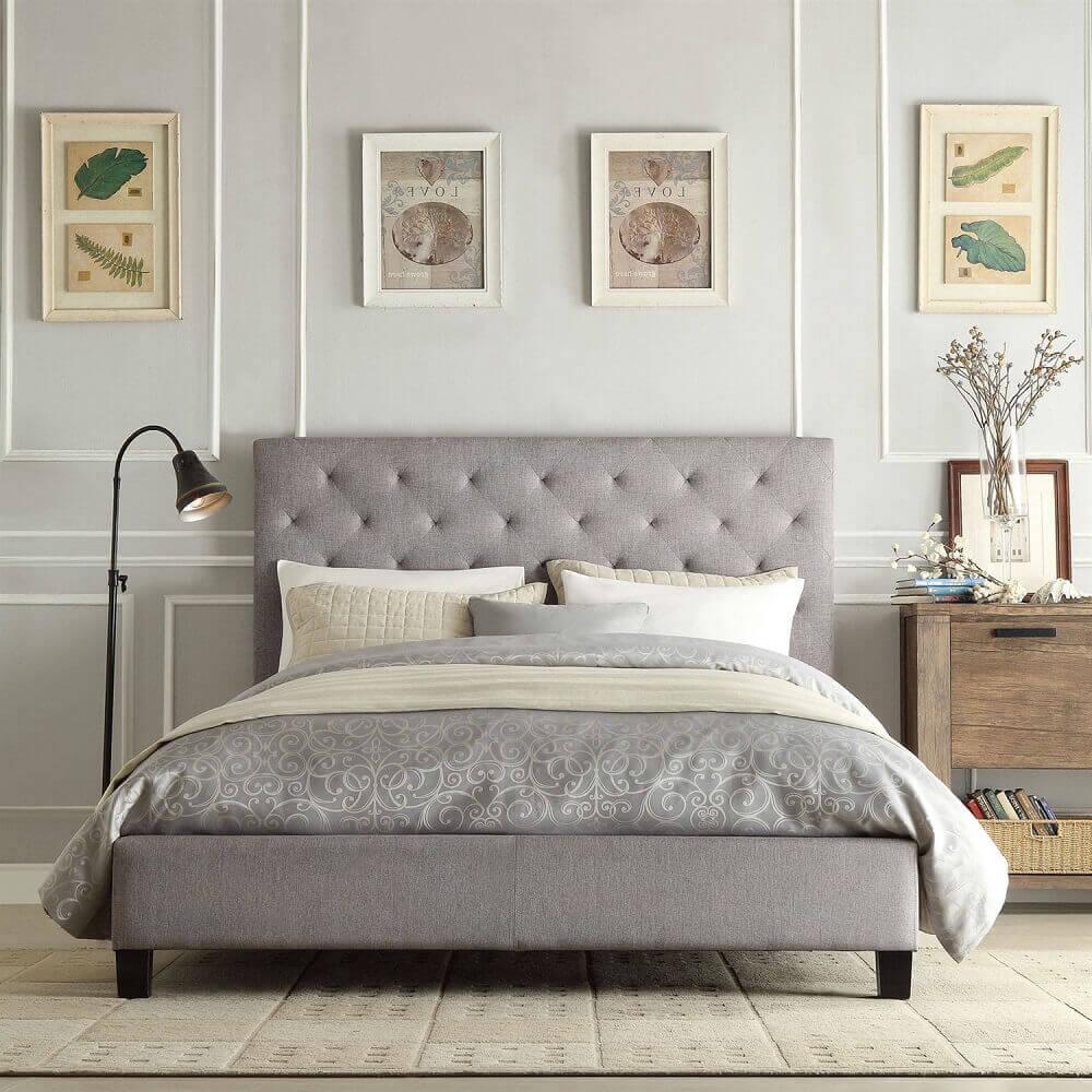 decoração quarto de casal com luminária de chão cabeceira de cama capitonê - Foto fast furnishings