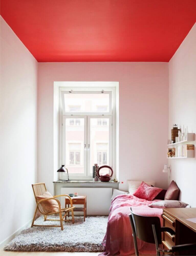 decoração quarto de solteiro todo branco com teto vermelho - Foto Maryan Interior Design