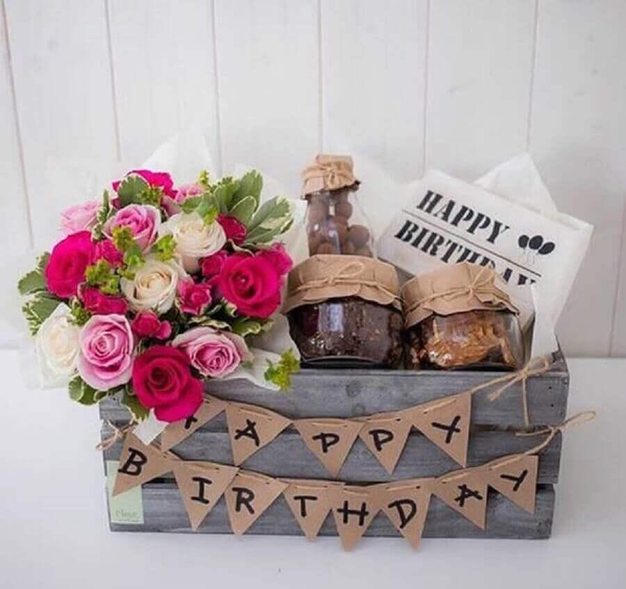 decoração rústica com caixote de madeira para festa na caixa para amiga