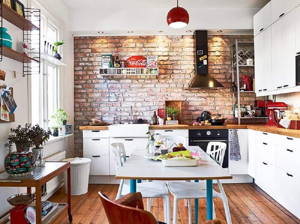 decoração rústica para cozinha retrô com armários brancos e parede de tijolinho