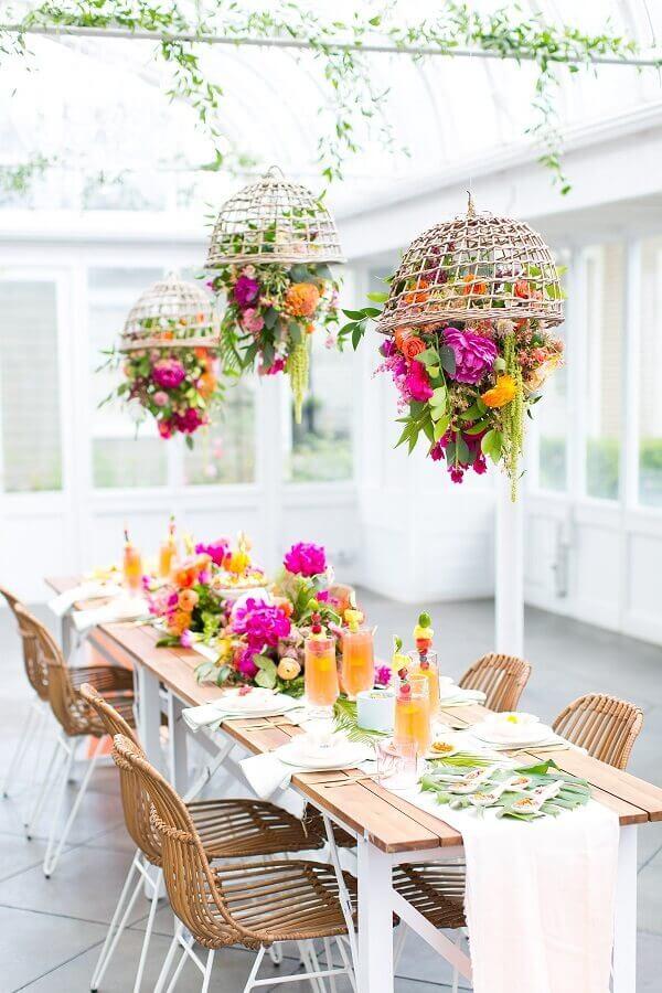 decoração rústica para festa de 15 anos com muitos arranjos de flores coloridas