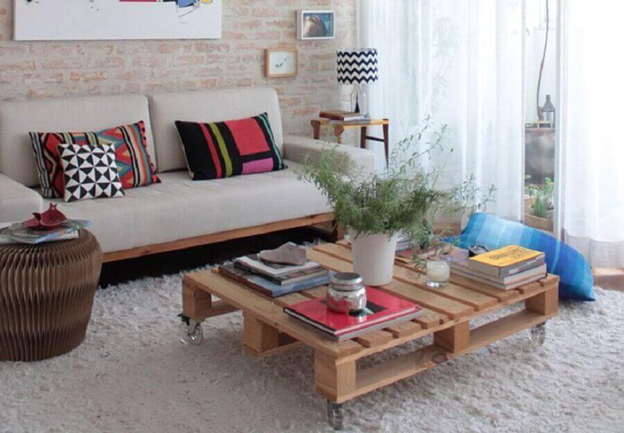 decoração rústica para sala com parede de tijolinho e mesa de centro de pallets