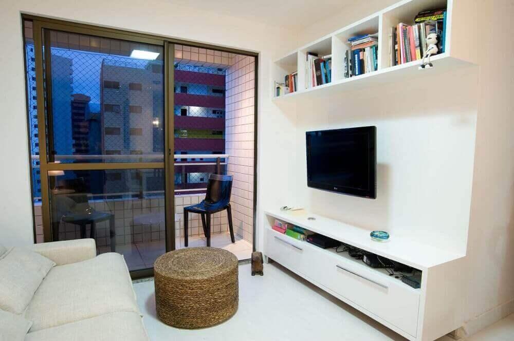 decoração sala de estar com sofá branco e puff de vime Foto Lina Eleuterio