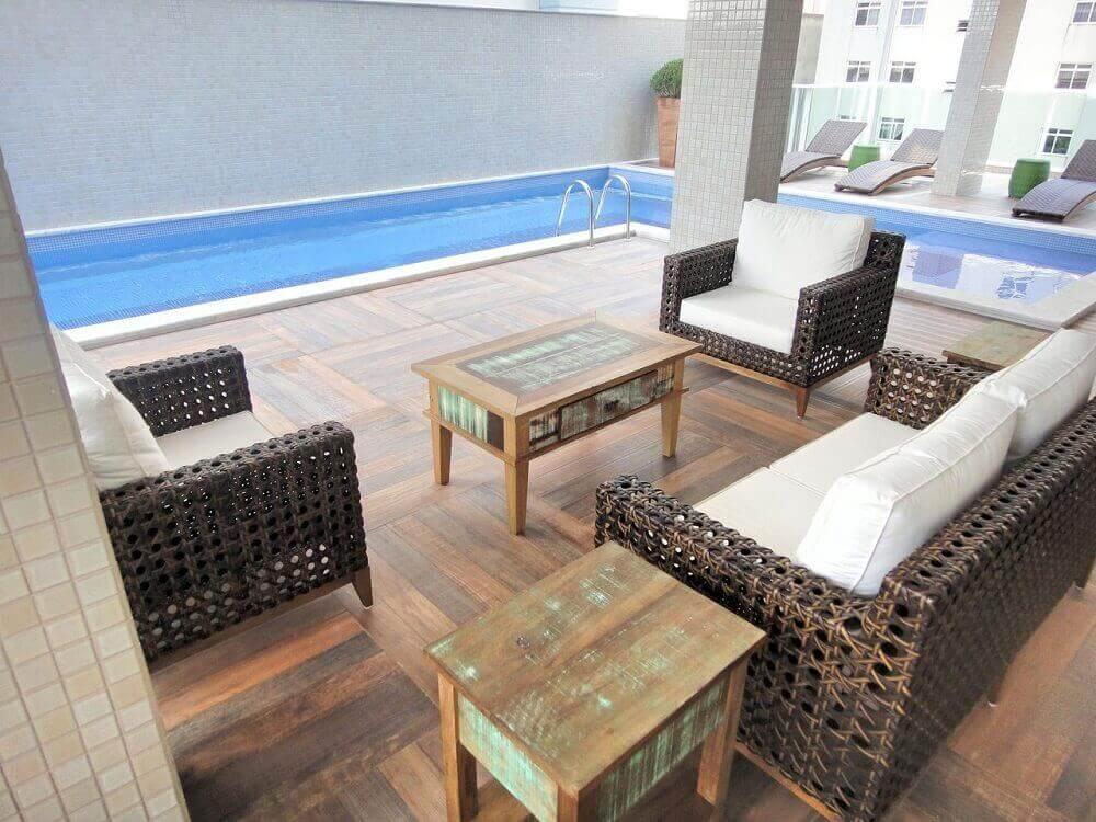 decoração simples com móveis de vime para área de piscina Foto Gabriela Herde