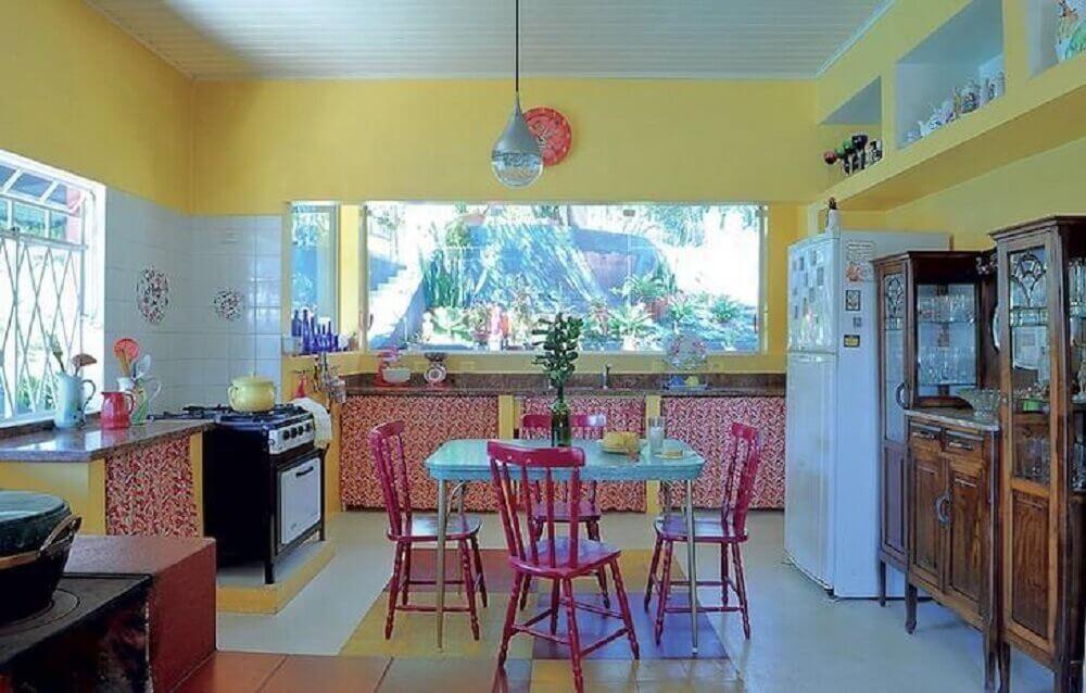 decoração simples para cozinha retrô com paredes amarelas