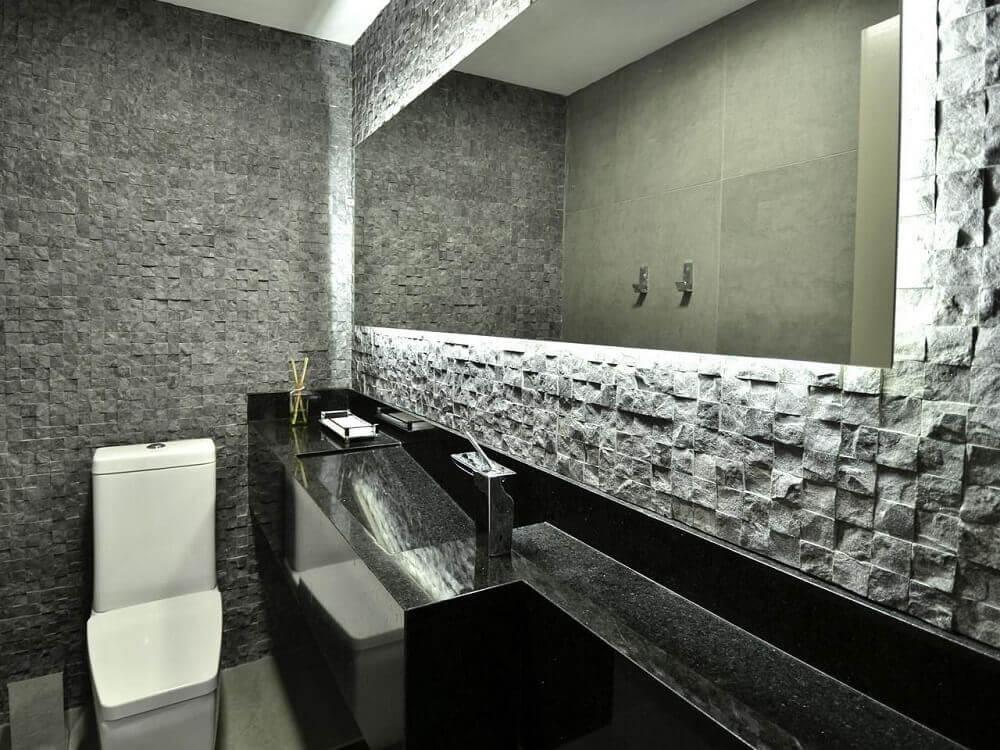 decoração sofisticada para lavabo com pia esculpida na pedra preta Foto Maira Schaff