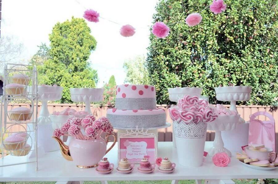 decoração super delicada em tons de rosa para festa de 15 anos