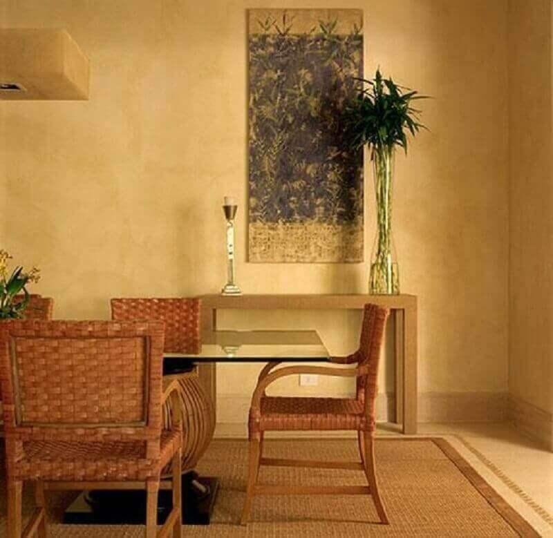 decoração em tons de bege com mesa de jantar de vidro e móveis de vime- Foto Oscar Mikail