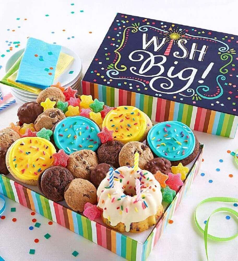 decoração para festa na caixa cheia de doces