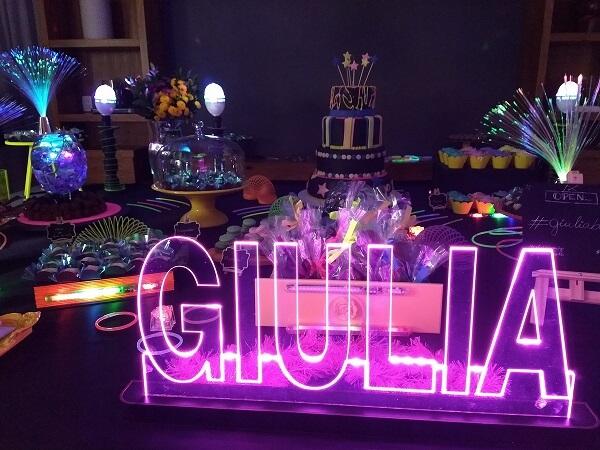 Que tal incluir o nome da aniversariante na mesa do bolo?
