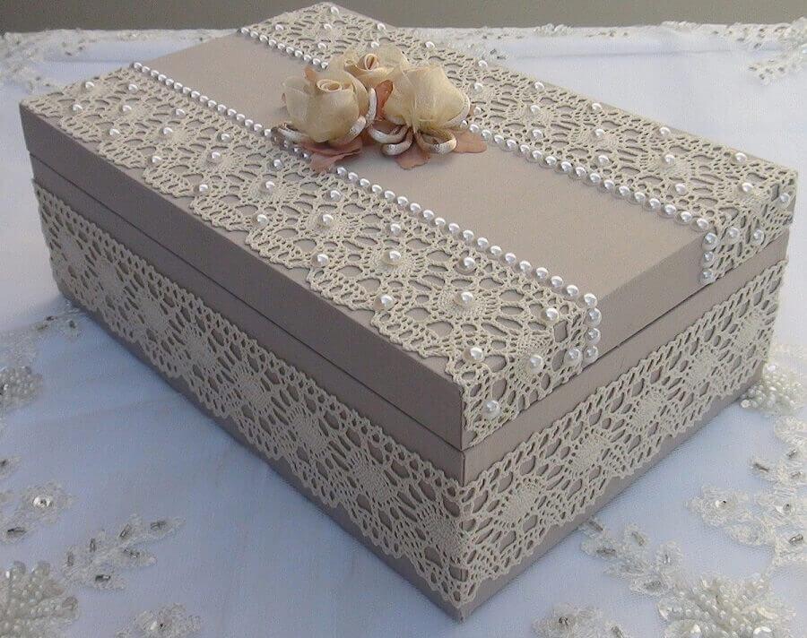 delicada caixa decorativa com detalhes em pérolas flores e renda Foto Pinterest