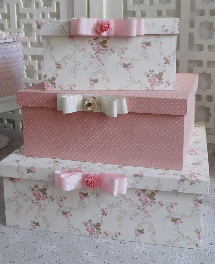 delicadas caixas decoradas em tons de rosa e branco  Foto Infinita Arte for Baby