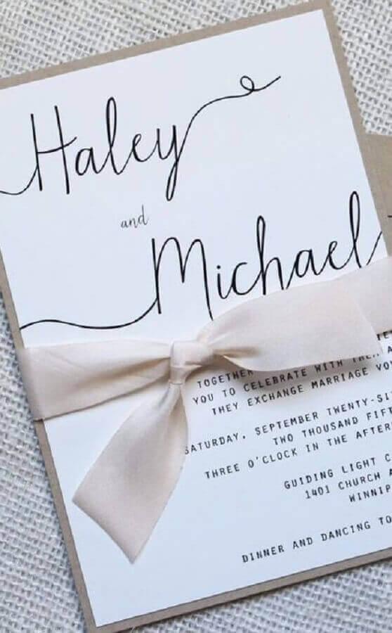 detalhe com fita de cetim rosa para convite de casamento simples